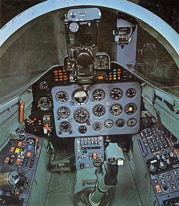 Передняя и задняя кабины самолёта Л-39